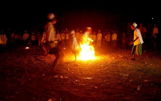 В Индонезии играют в футбол с горящим мячом