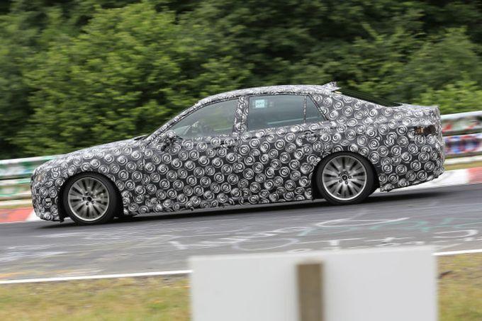 Toyota Crown надела камуфляж и прокатилась по Нюрбургрингу