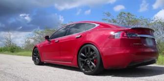 Tesla Model S и Toyota Supra померились силами на дрэг-рейсинге (Видео)