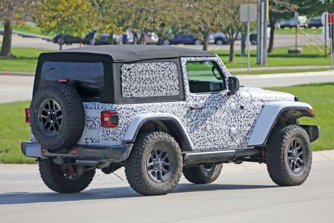 Новый Jeep Wrangler показал переднюю решетку и фары