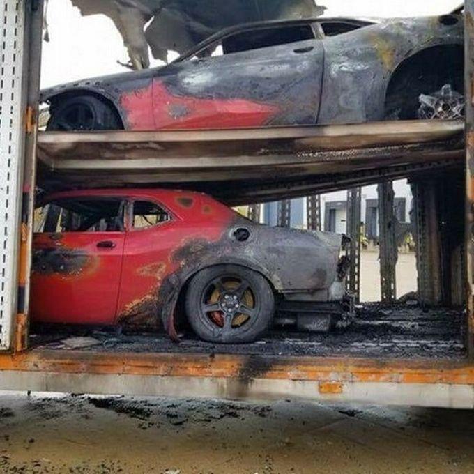 Три Dodge Challenger SRT Demon внезапно сгорели в автовозе