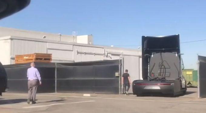 Прототип Tesla Semi показался в Калифорнии