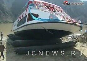 Китайское речное судно едва не затонуло при первом спуске на воду
