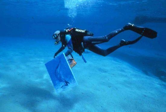 Рисовать картины можно и под водой