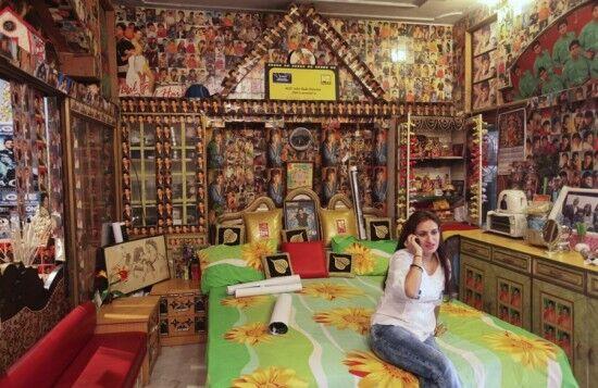 Фанат превратил свой дом в алтарь болливудской звезды