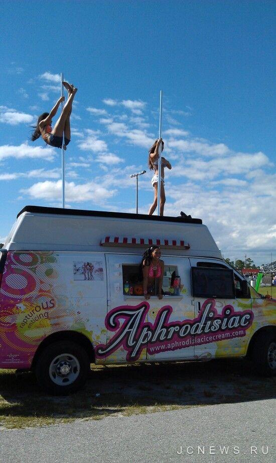 Грузовик «Афродизиак» перевозит мороженое и красивых девушек